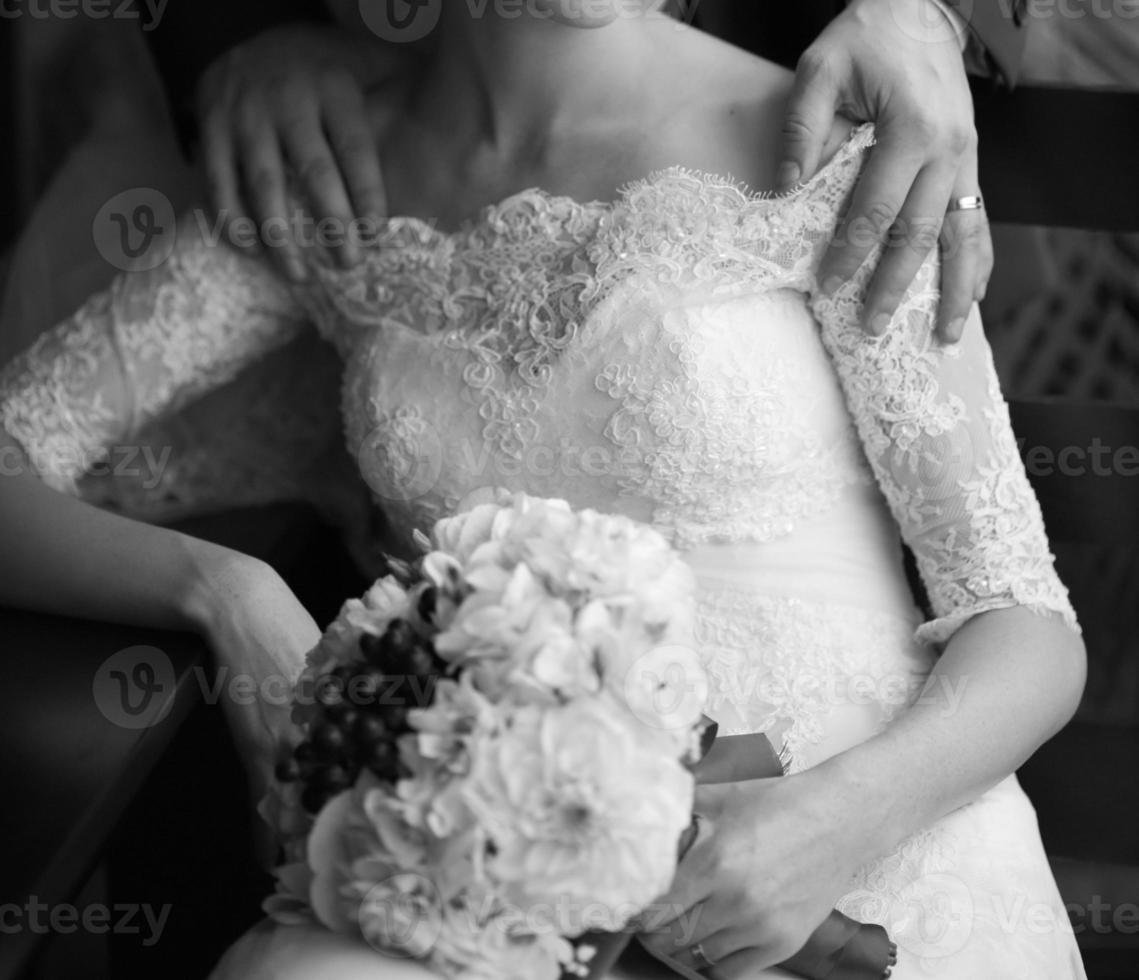 Joven pareja de recién casados caucásicos. foto
