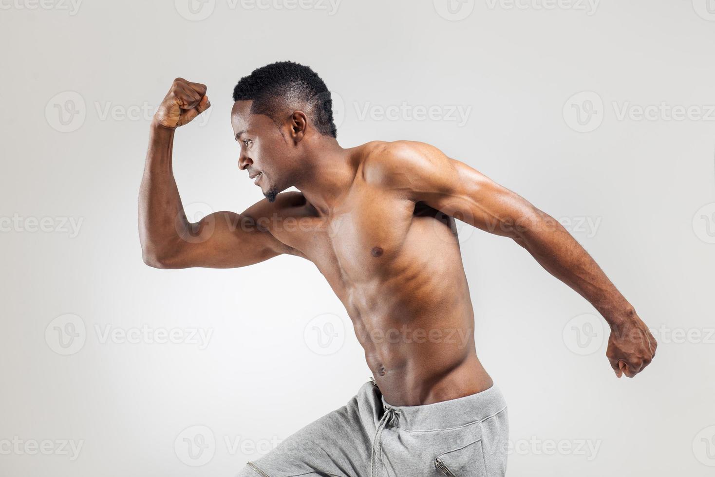 hombre afroamericano atlético sin camisa foto