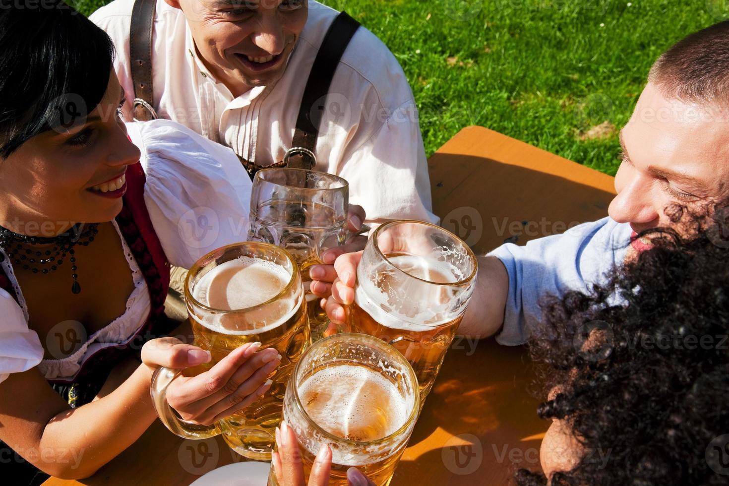 grupo de cuatro amigos en el jardín de la cerveza foto