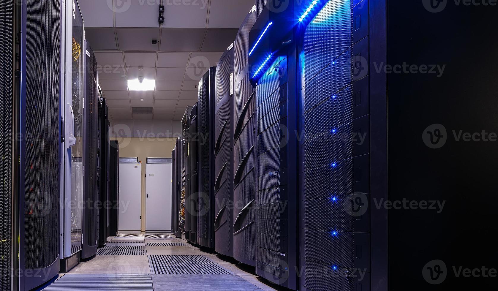 filas del centro de datos de la sala de equipos informáticos foto
