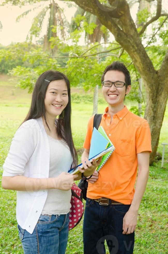 estudiantes universitarios asiáticos foto
