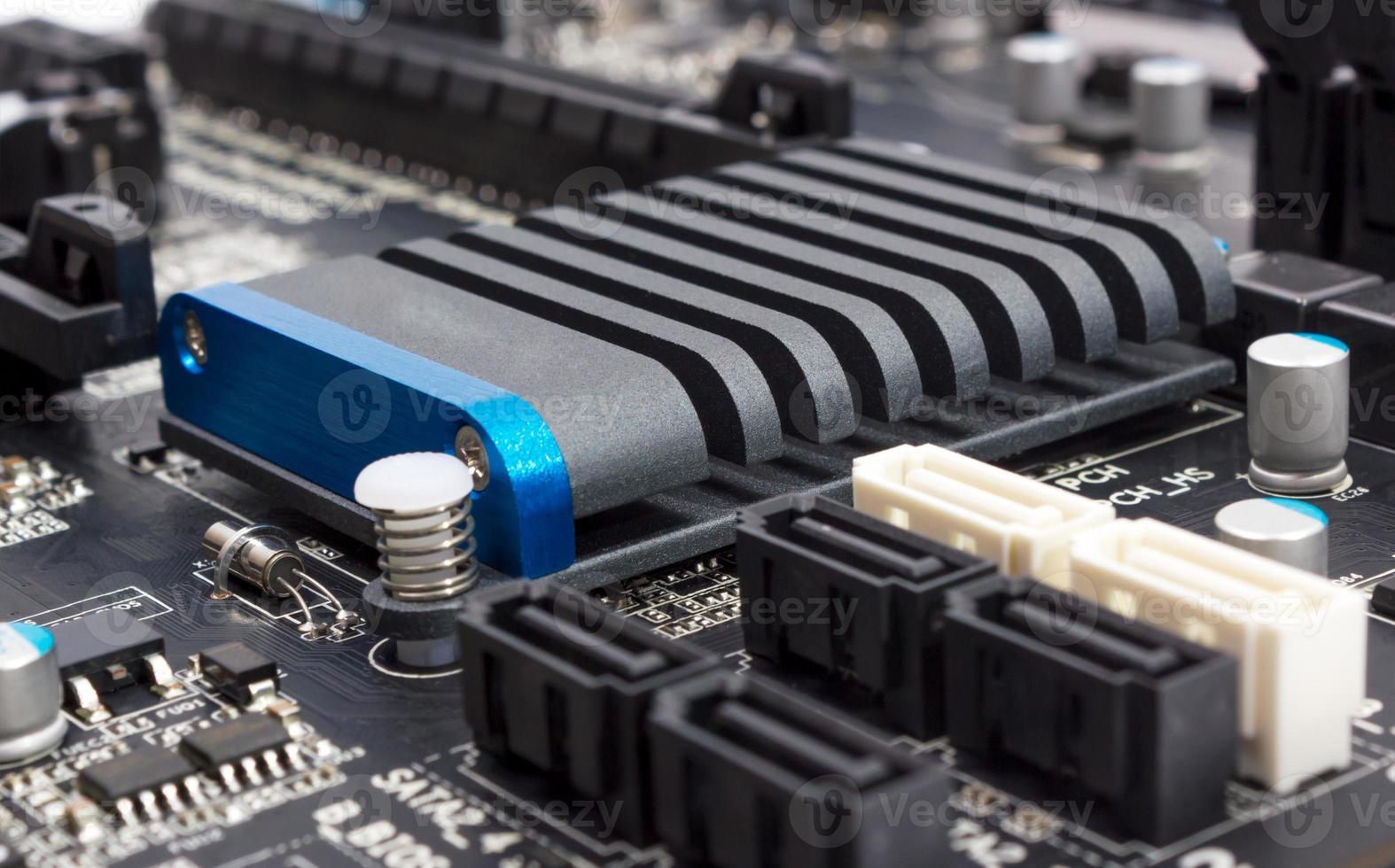 colección electrónica - componentes digitales en la placa base de la computadora foto
