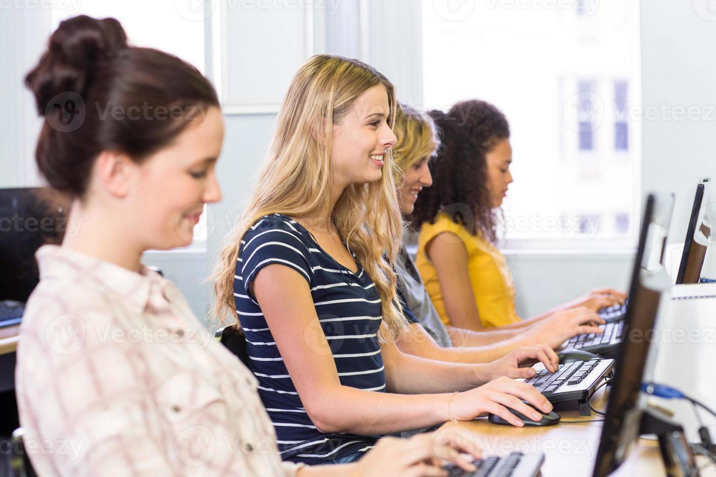 vista lateral de estudiantes en clase de computación foto
