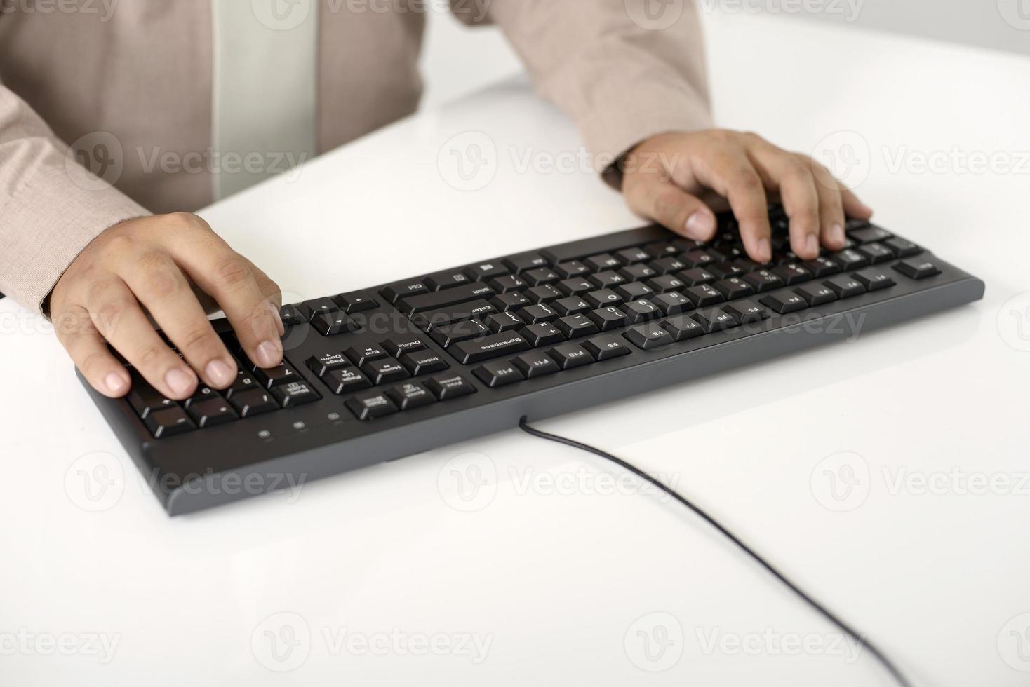 tipo de hombre de negocios con teclado foto