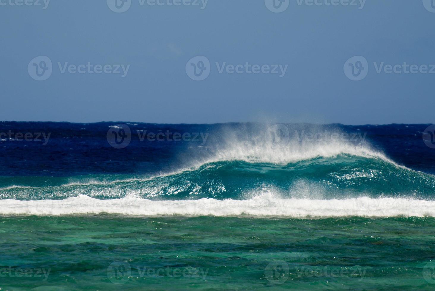 gran ola en la isla del pacífico foto