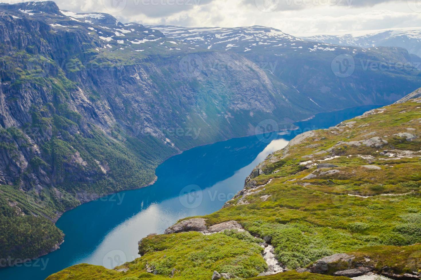 Hermoso panorama de verano noruego paisaje de montaña cerca de trolltunga, Noruega foto