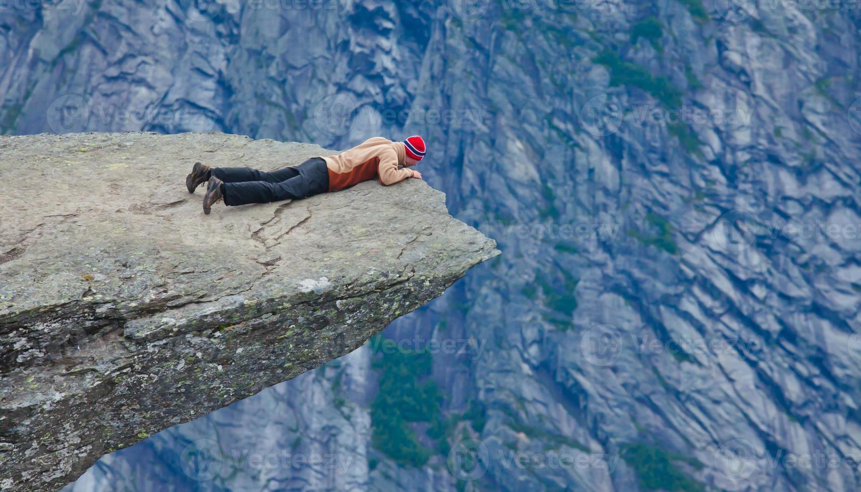 famoso lugar de senderismo de roca noruega - trolltunga, lengua trolls, noruega foto