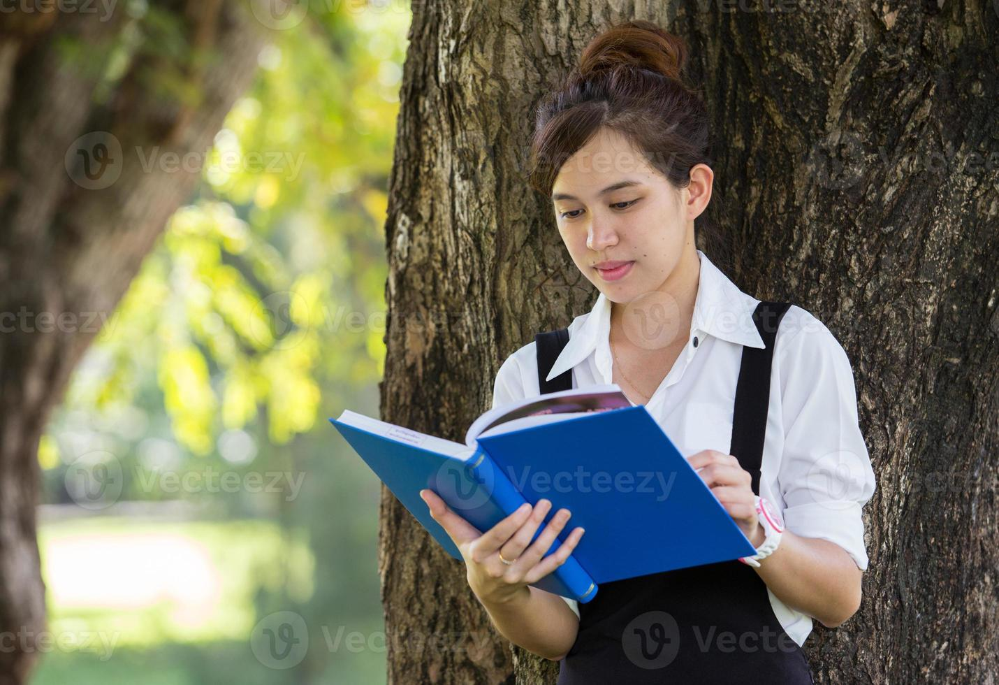 estudiante asiática en el parque foto