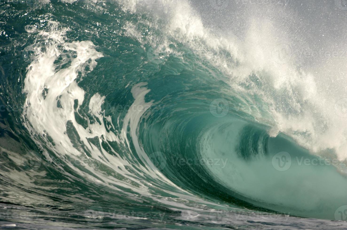 primer plano de la ola rompiente a medida que rueda sobre sí misma foto