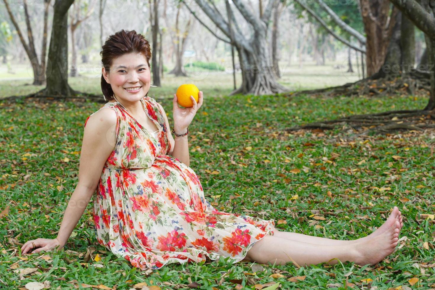 mujer embarazada asiática foto