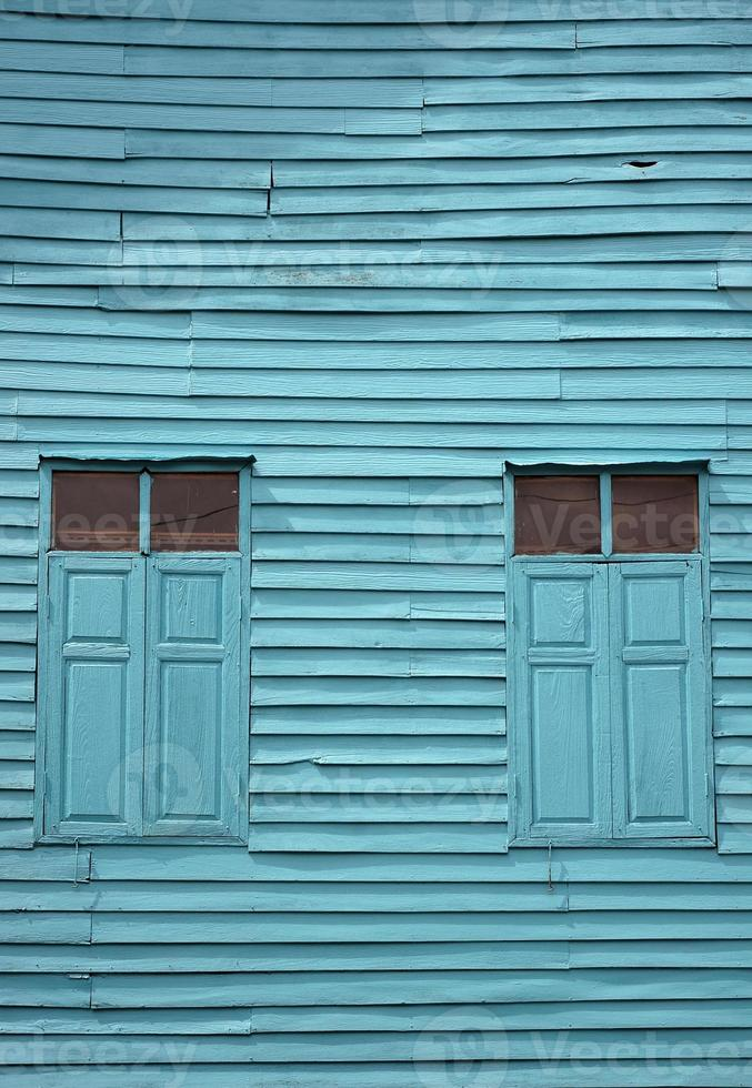 ventana y pared de madera azul vintage foto