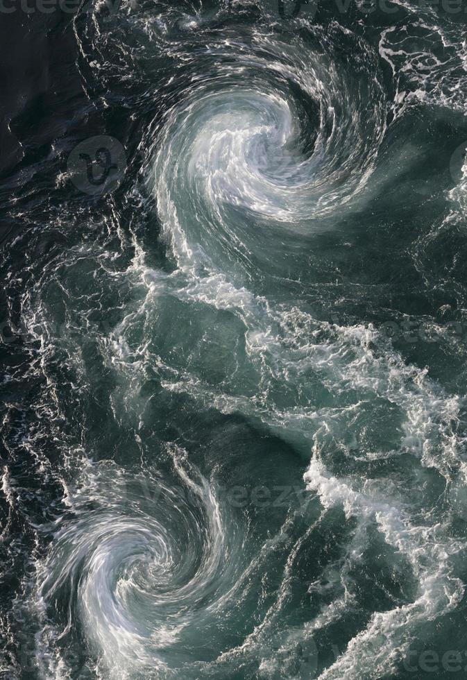 turbulencia de agua de sales de estraumen foto