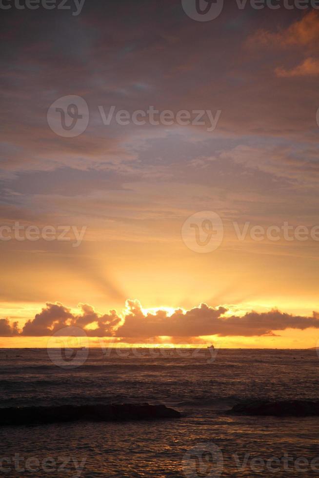 puesta de sol en la playa de waikiki foto