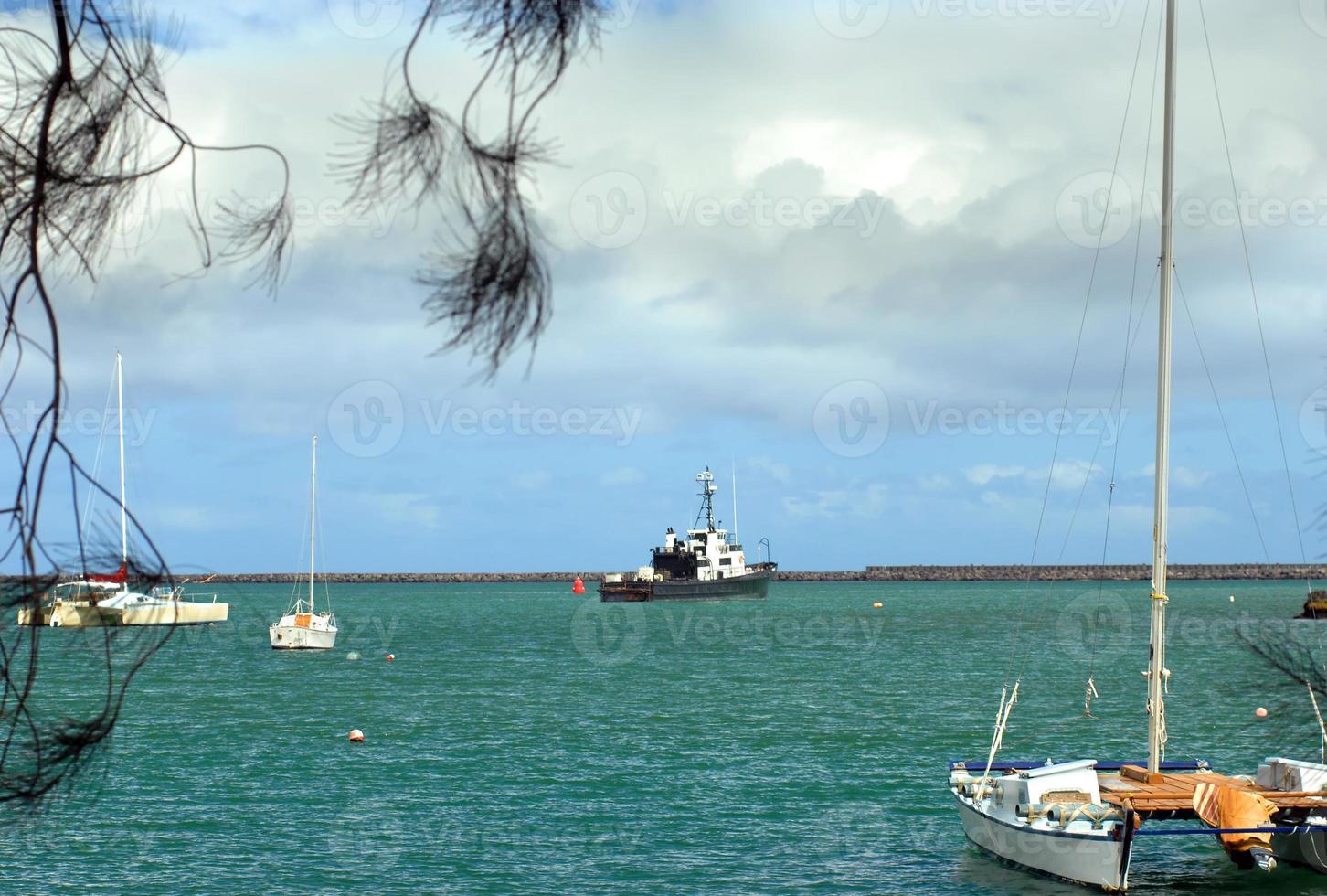 barcos en el puerto de hilo foto