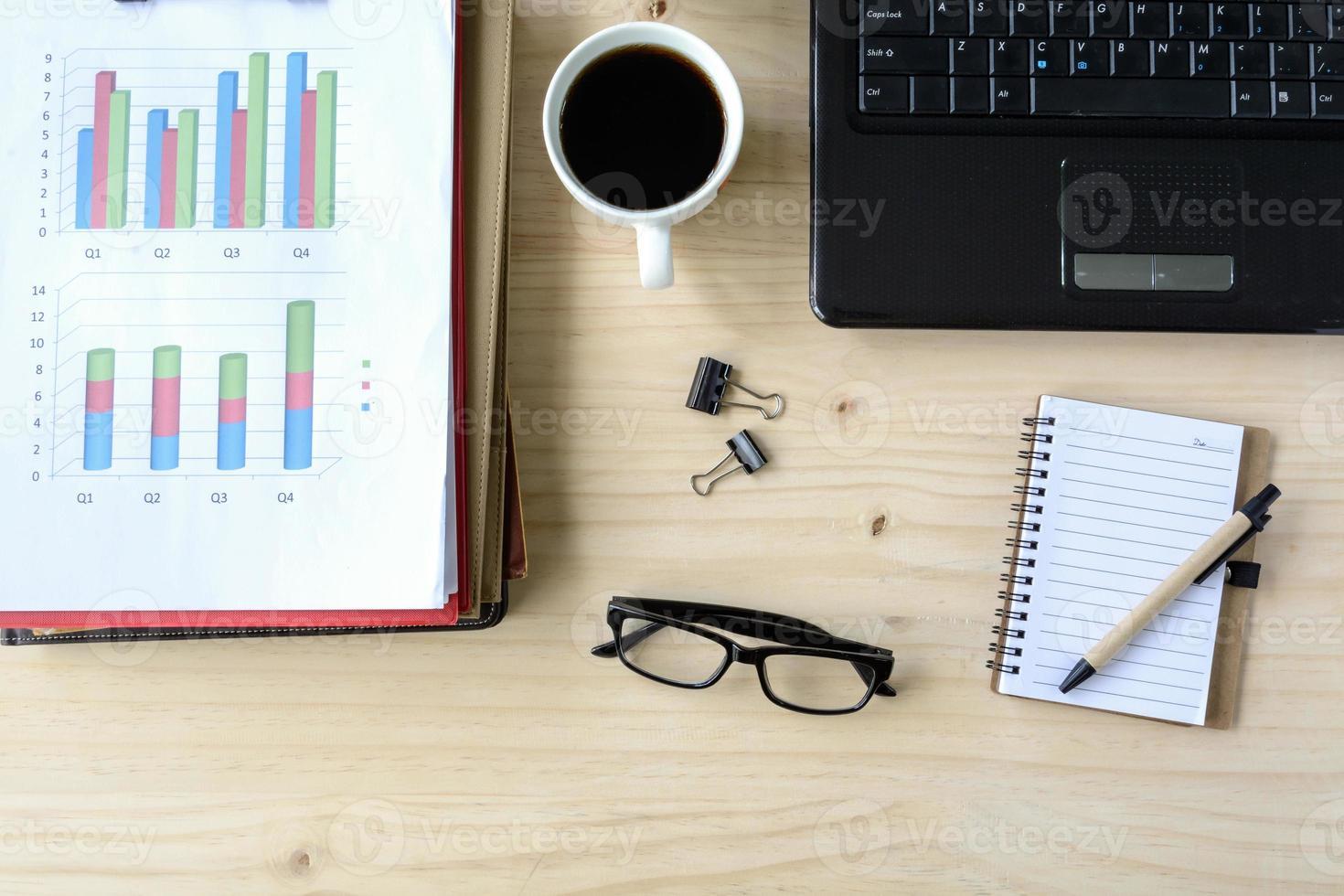 análisis de gráfico financiero de negocios de oficina de escritorio con laptop foto