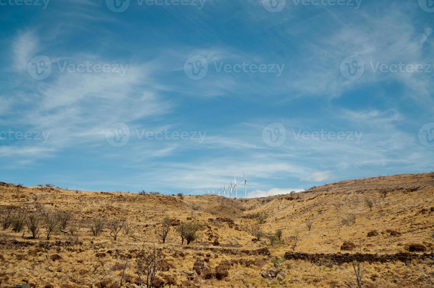 planta de energía eólica en una colina seca, maui foto