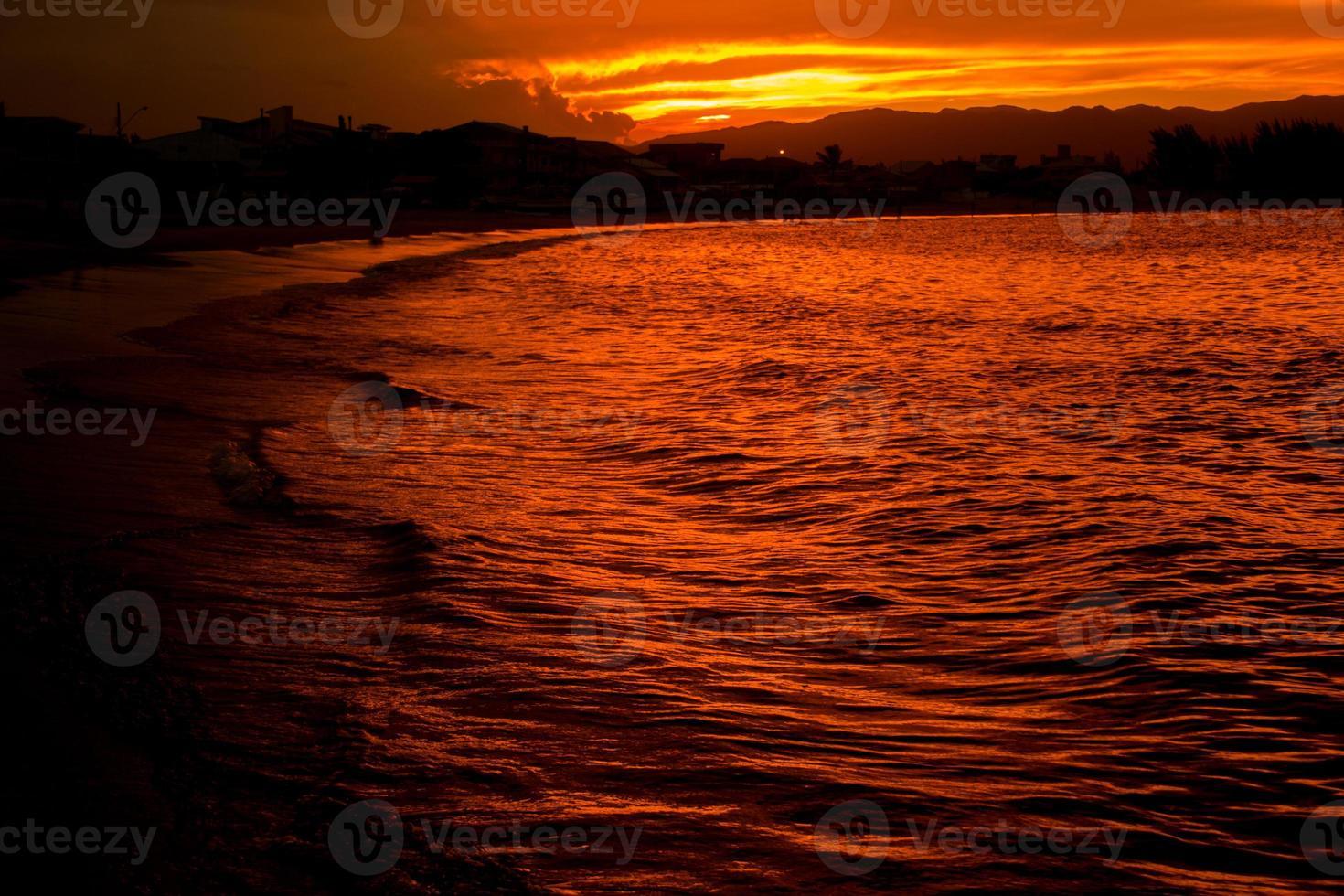 hermosa playa al atardecer en el sur de brasil foto