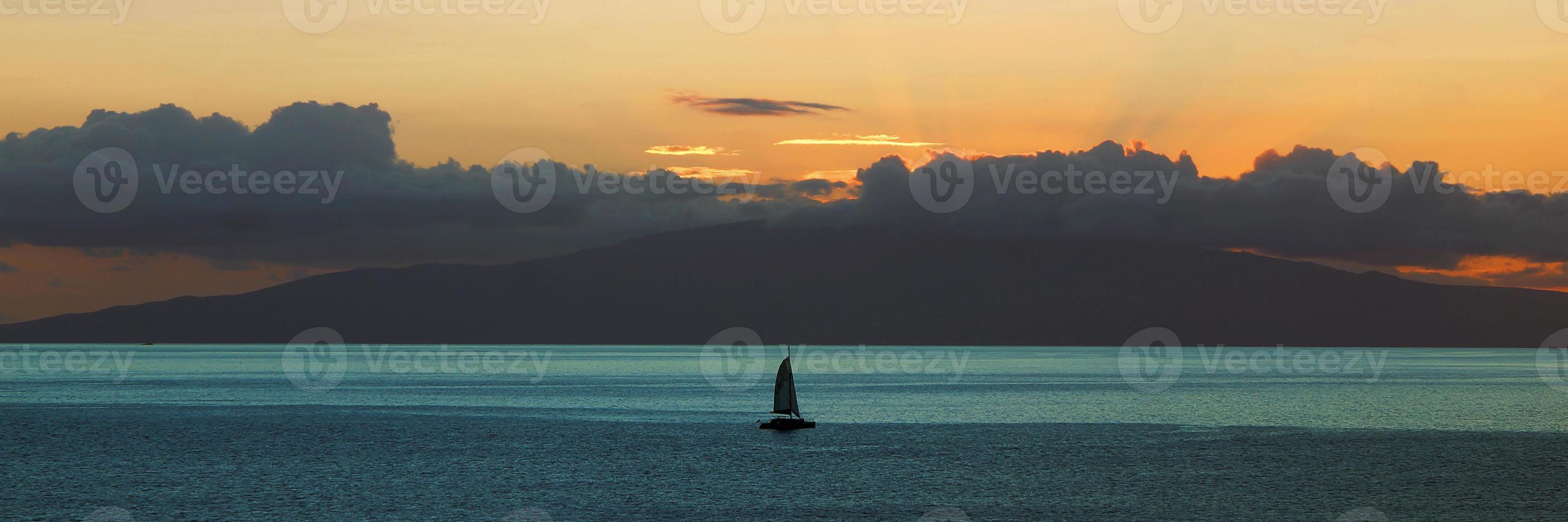 puesta de sol sobre el océano pacífico foto