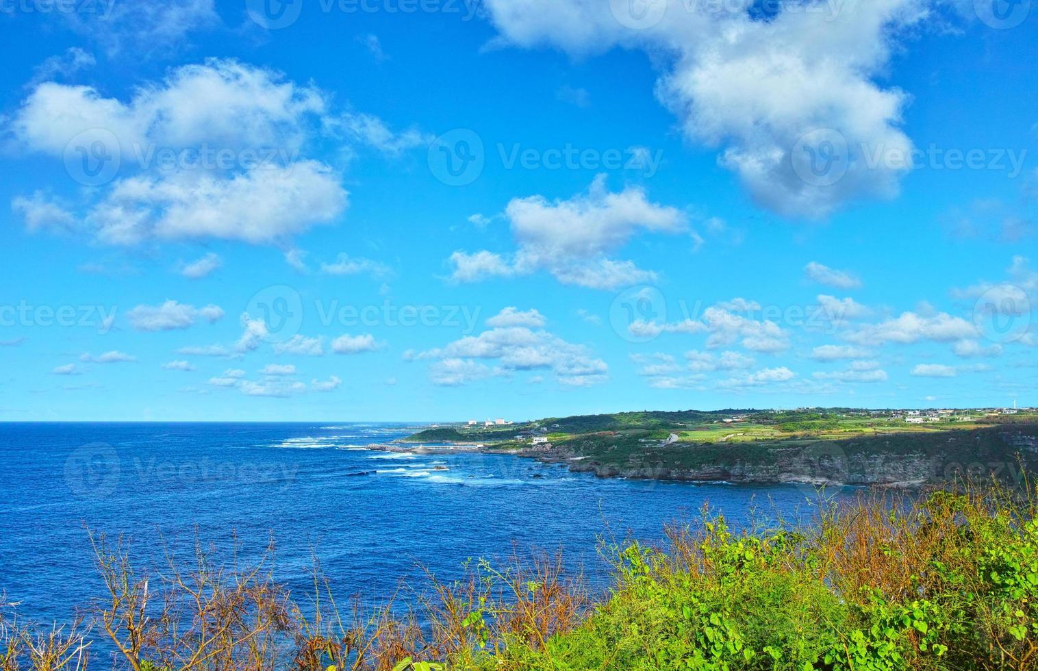 pleno verano del paisaje de la costa sur de miyakojima foto