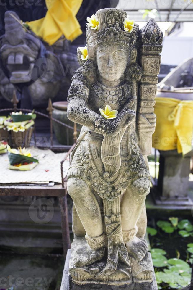 estatua en un templo hindú en jimbaran, bali, indonesia. foto