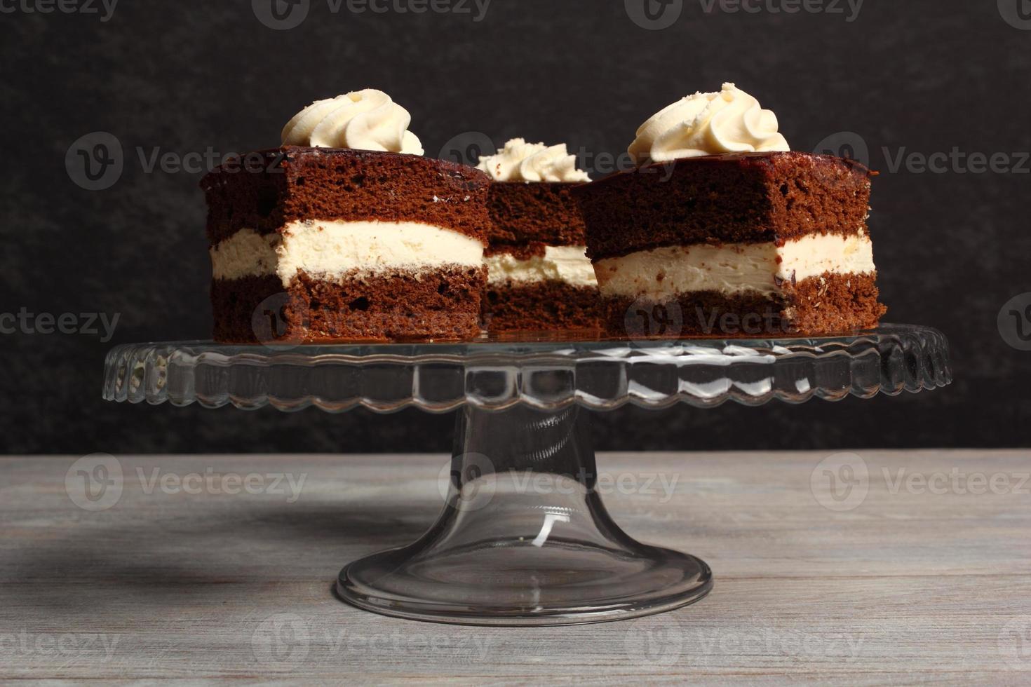 pastel de crema bizcocho de chocolate relleno de crema batida. foto