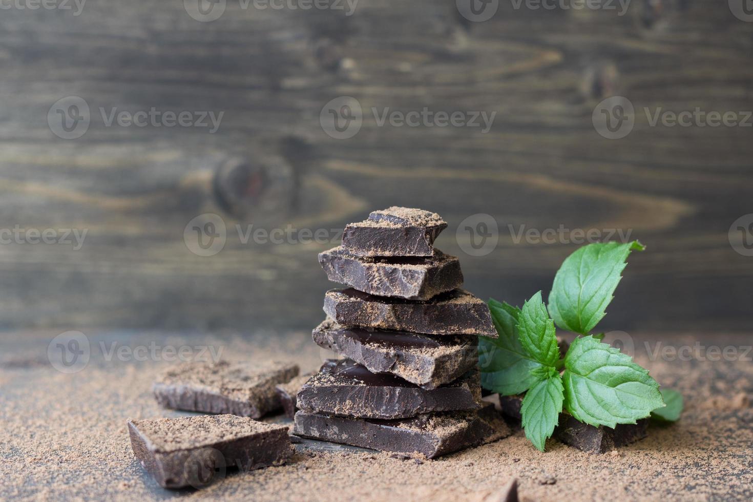 chocolate negro con menta espolvoreado con cacao en polvo foto