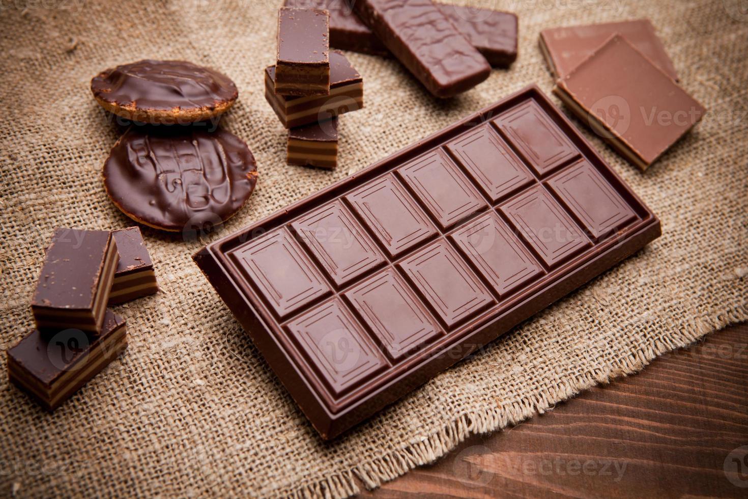 trozos de chocolate en la mesa de madera foto