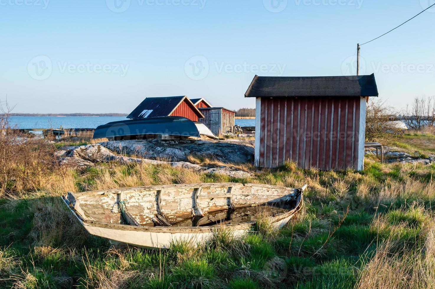 velho barco resistido em terra foto