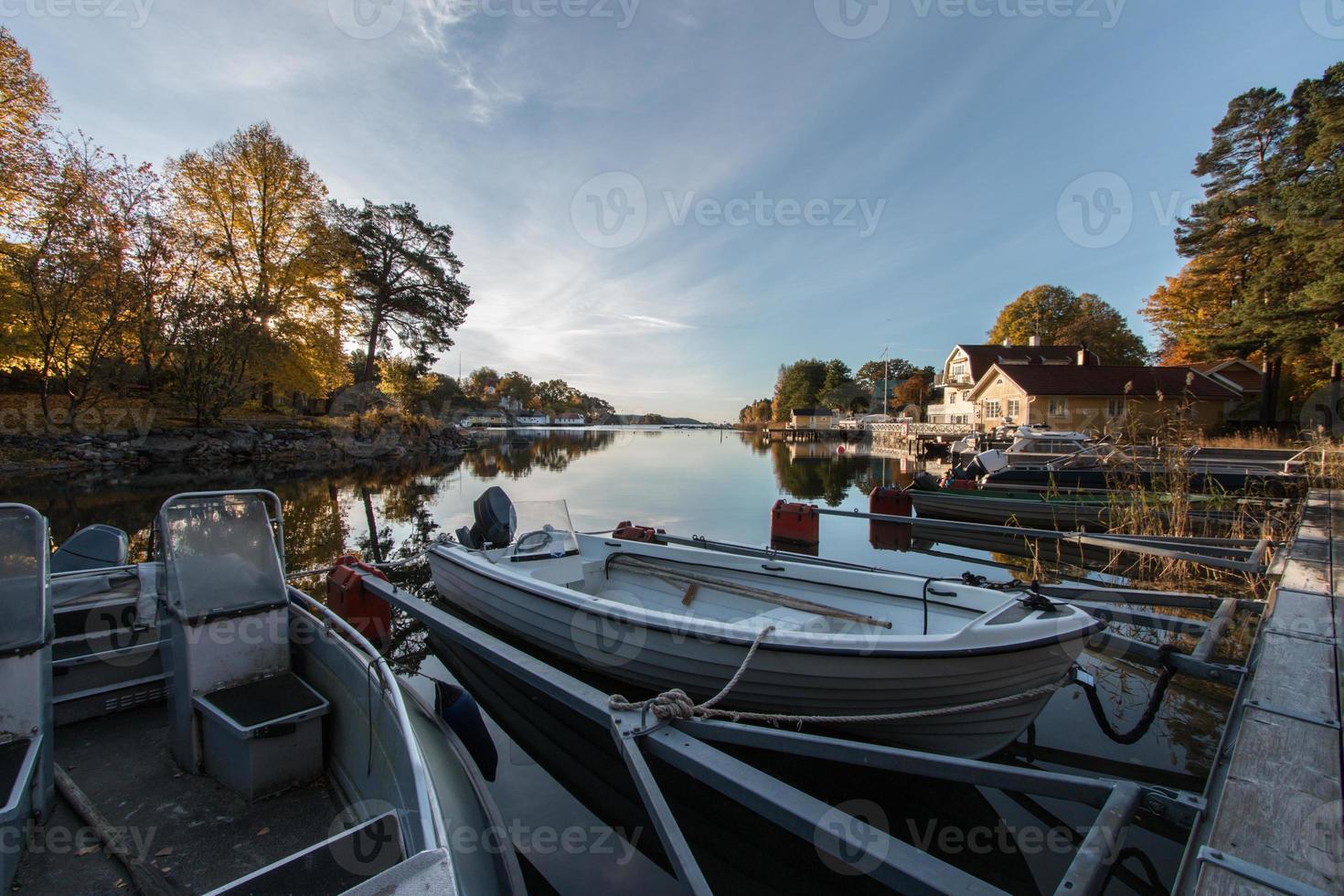 barcos atracados en la madrugada de otoño foto