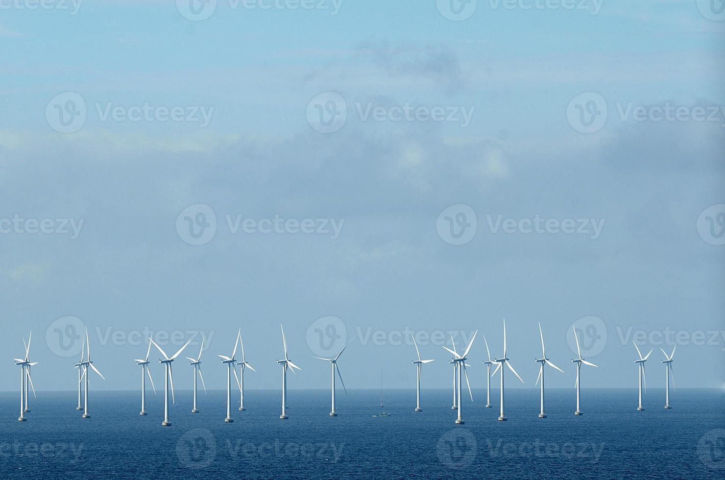 Windrad im Meer foto