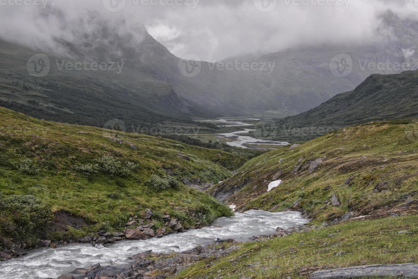vale do rio no parque nacional sarek, suécia foto