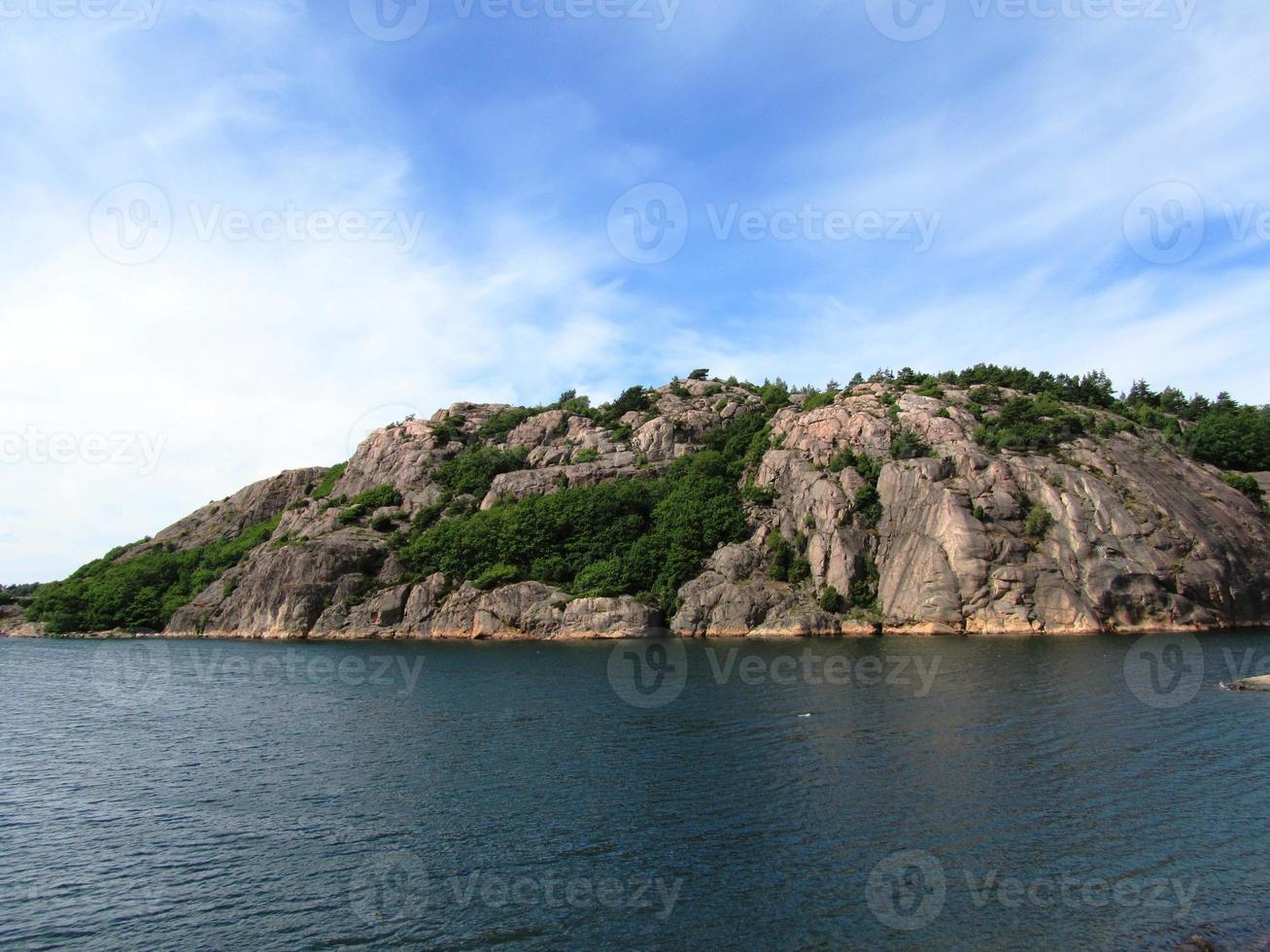 Suécia lago e madeira na solidão no verão foto