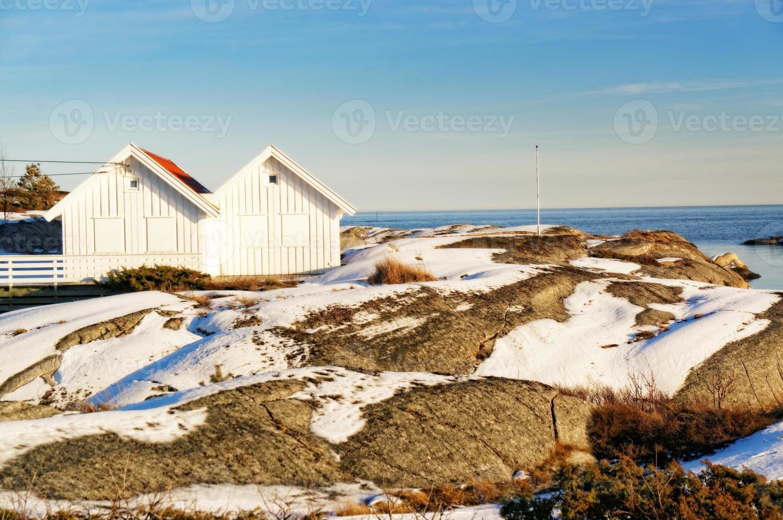 costa do mar do norte com dois chalé branco foto