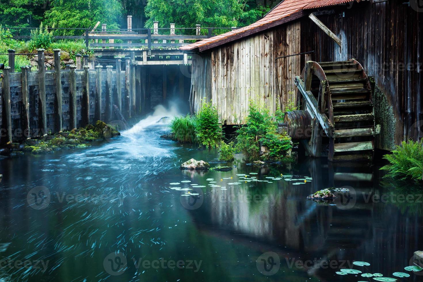 roda d'água velha foto