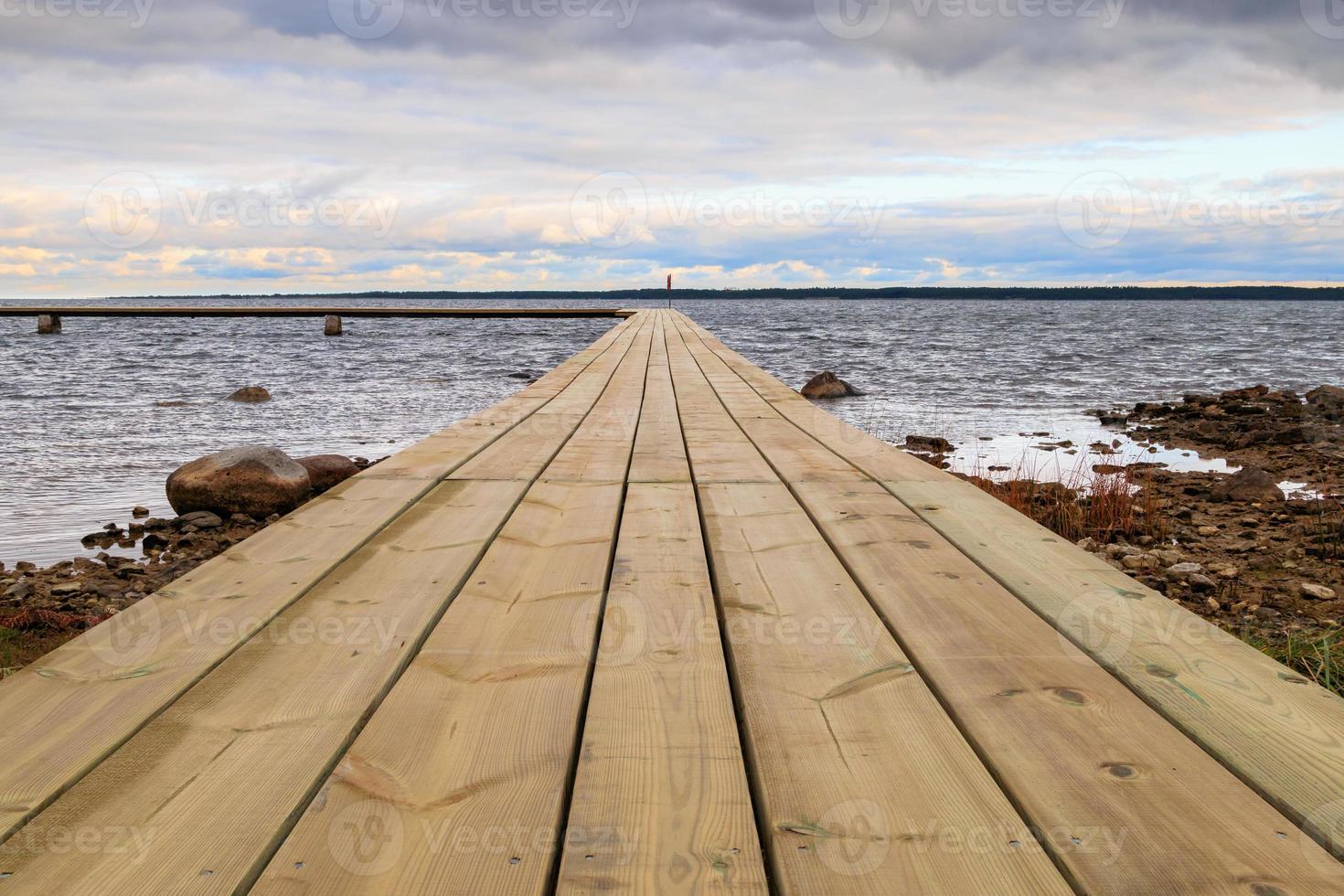 embarcadero junto al agua en faro en gotland, suecia foto