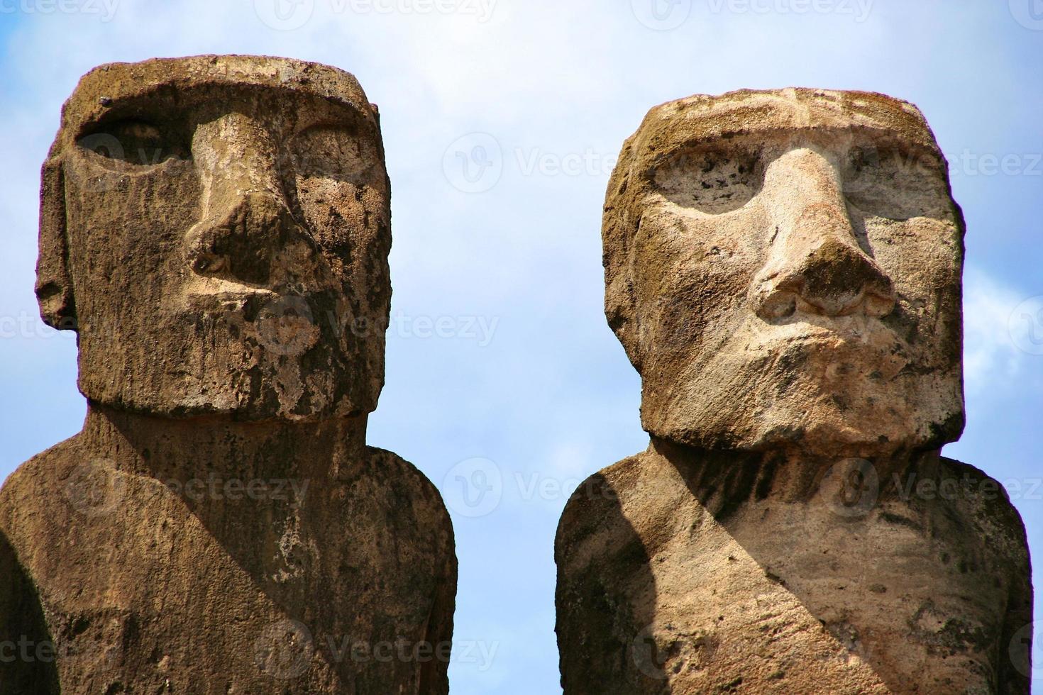 ahu tongariki, moai na ilha de páscoa foto