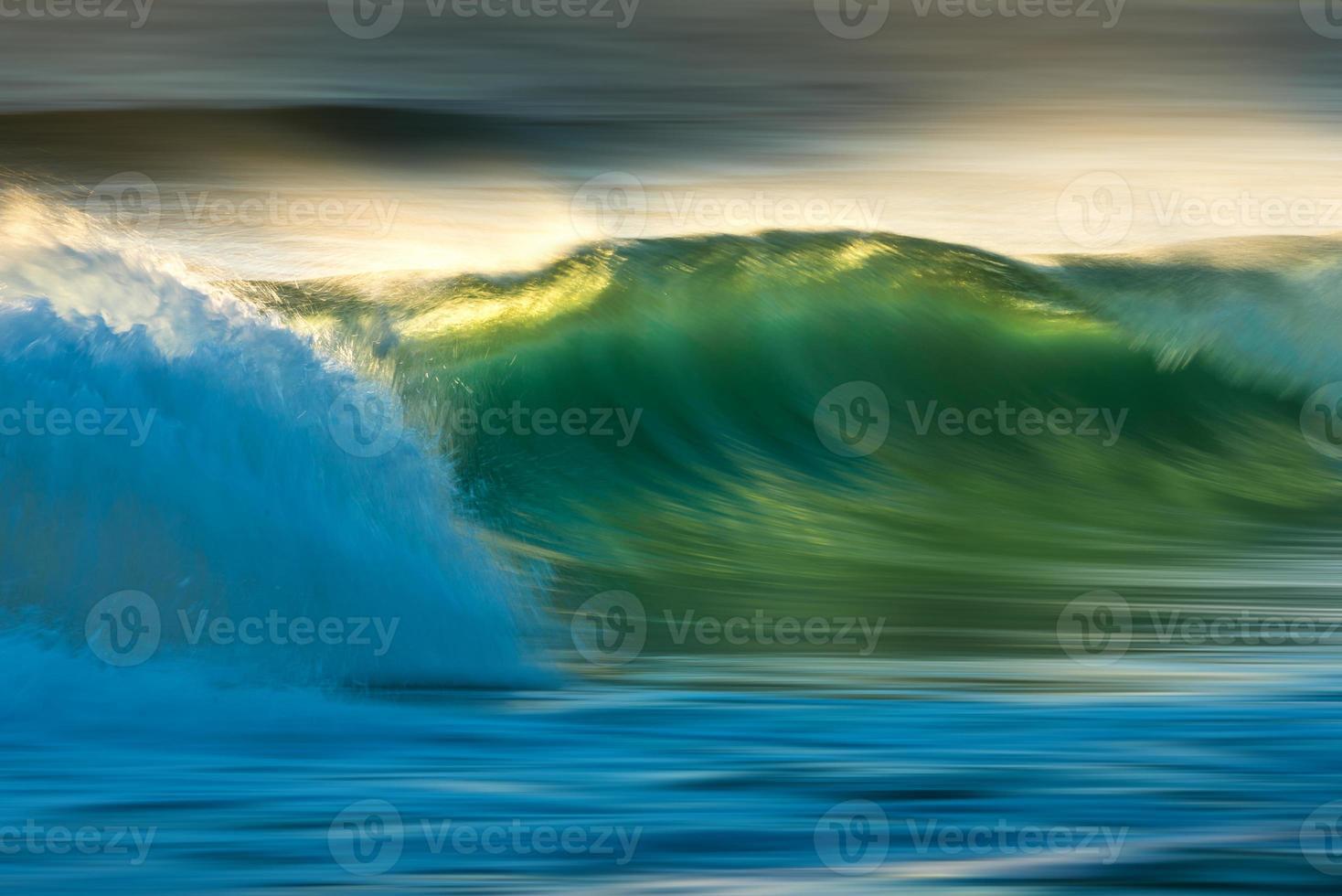 ola oceánica al amanecer foto