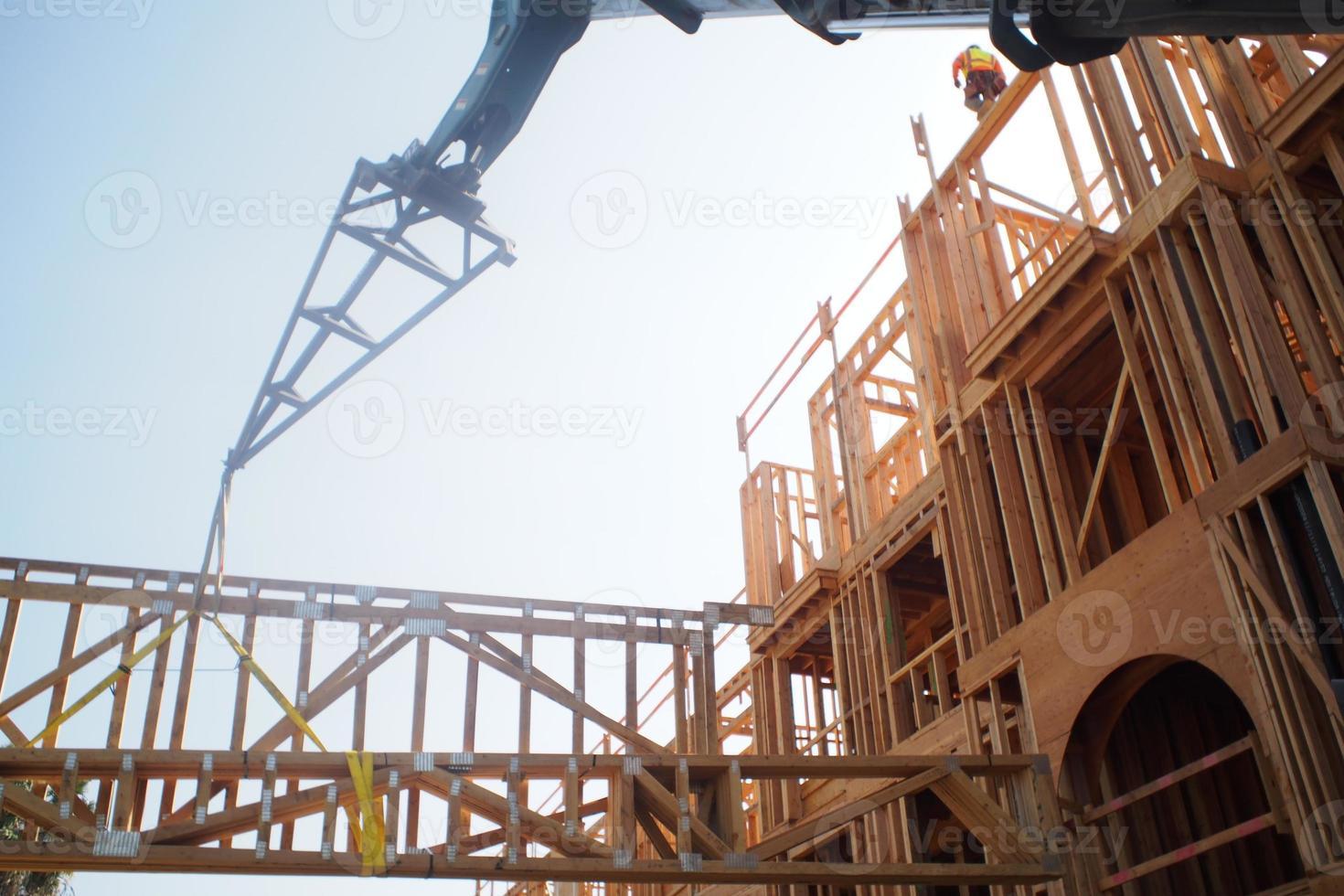 capriate di caricamento della struttura di legno foto
