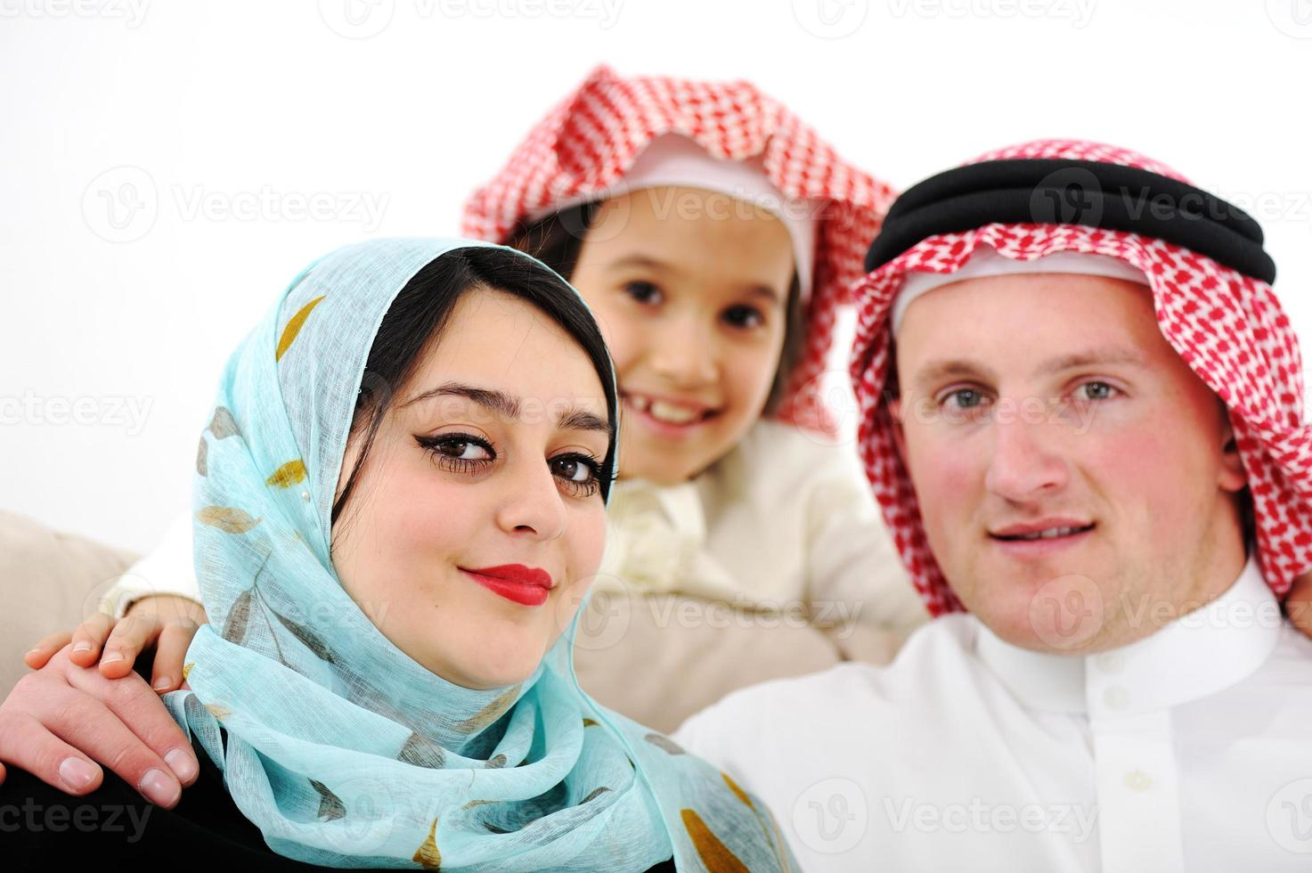 familia feliz árabe en casa foto