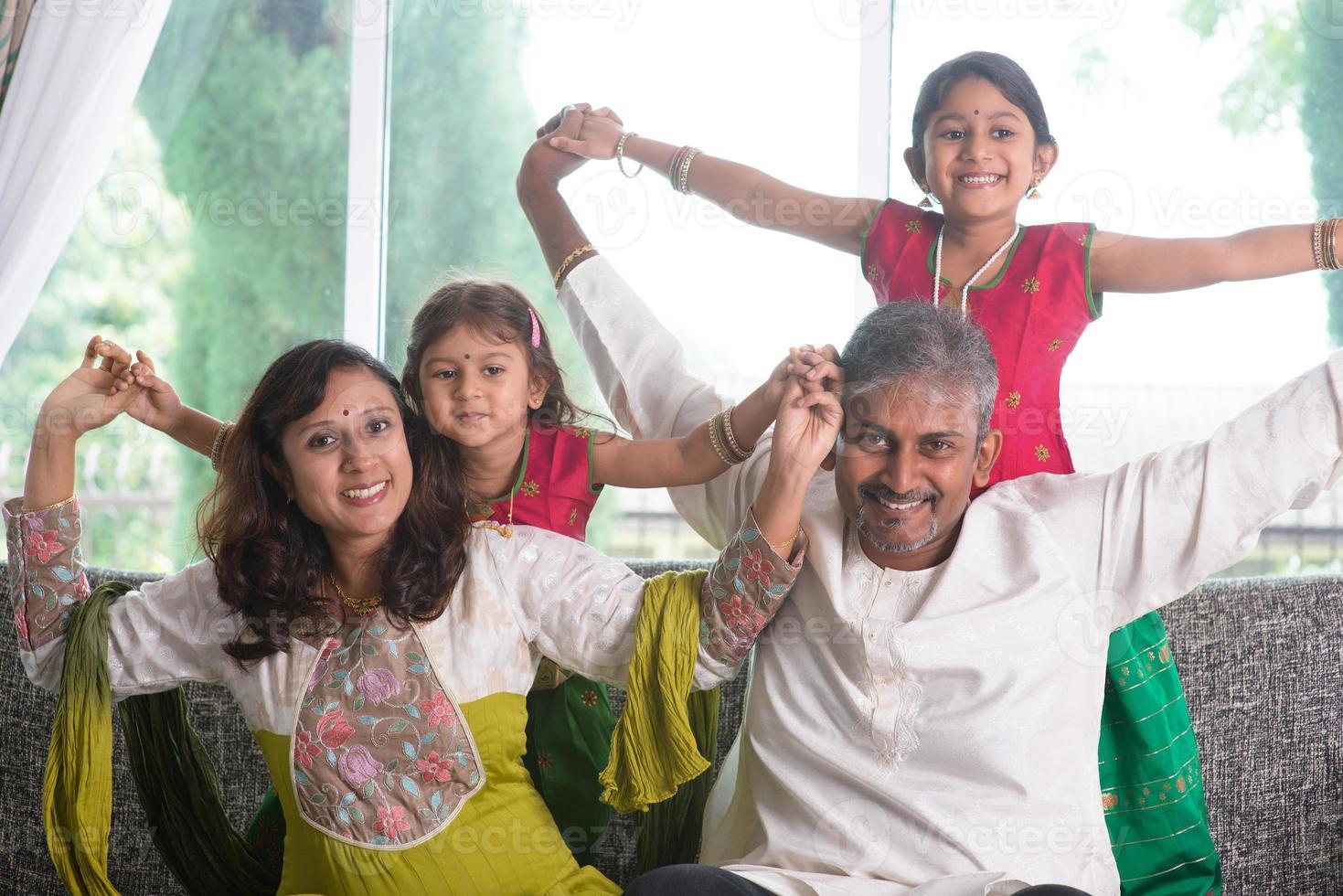 feliz família indiana em casa foto