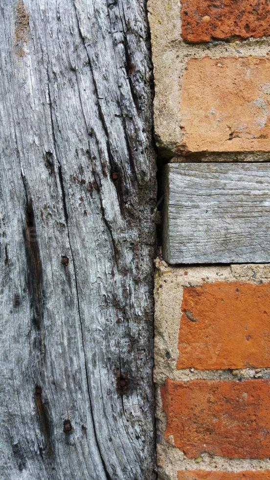 ladrillo y fondo de madera foto