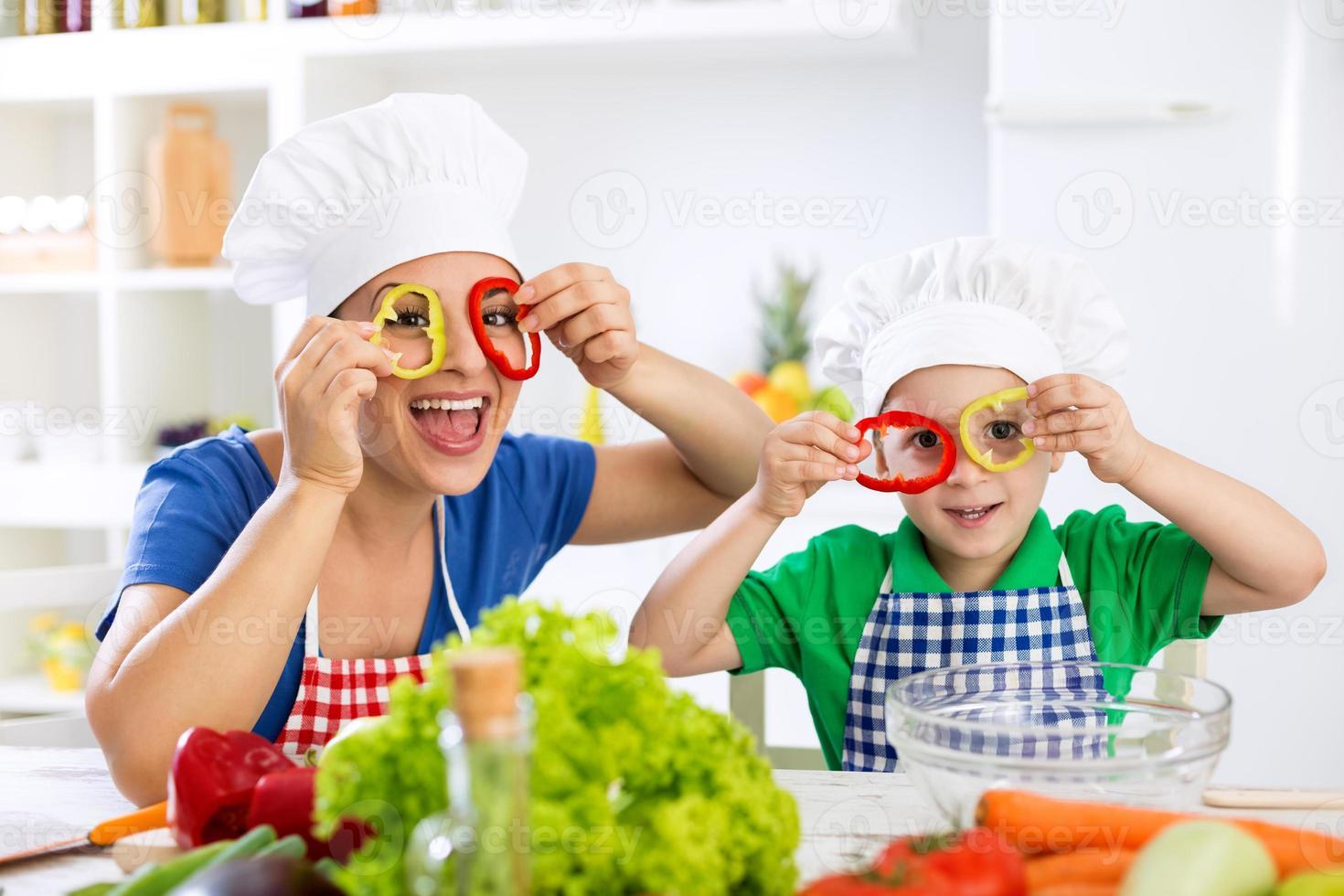 Linda familia divertida jugando con comida foto