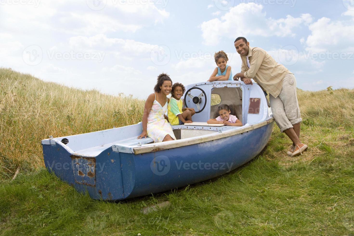 Retrato de familia sentada en barco foto