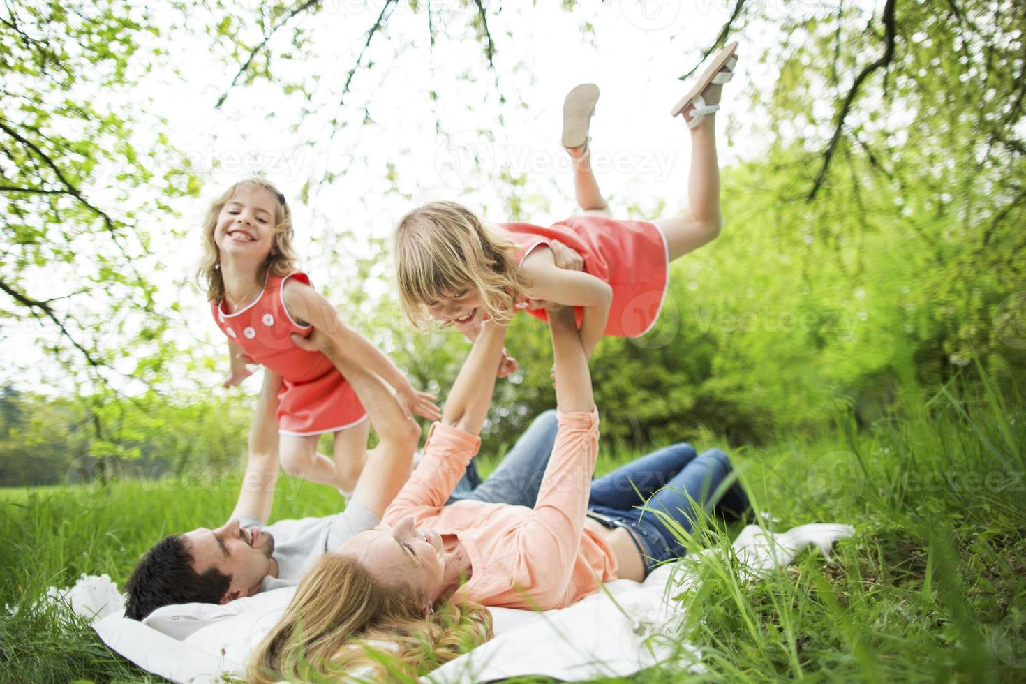 familia feliz haciendo picnic en la naturaleza foto