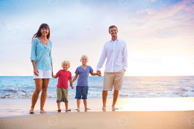 familia feliz con dos niños pequeños foto