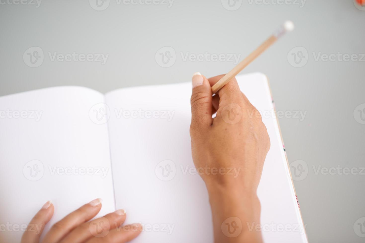 detalle de una mujer escribiendo algunas notas foto