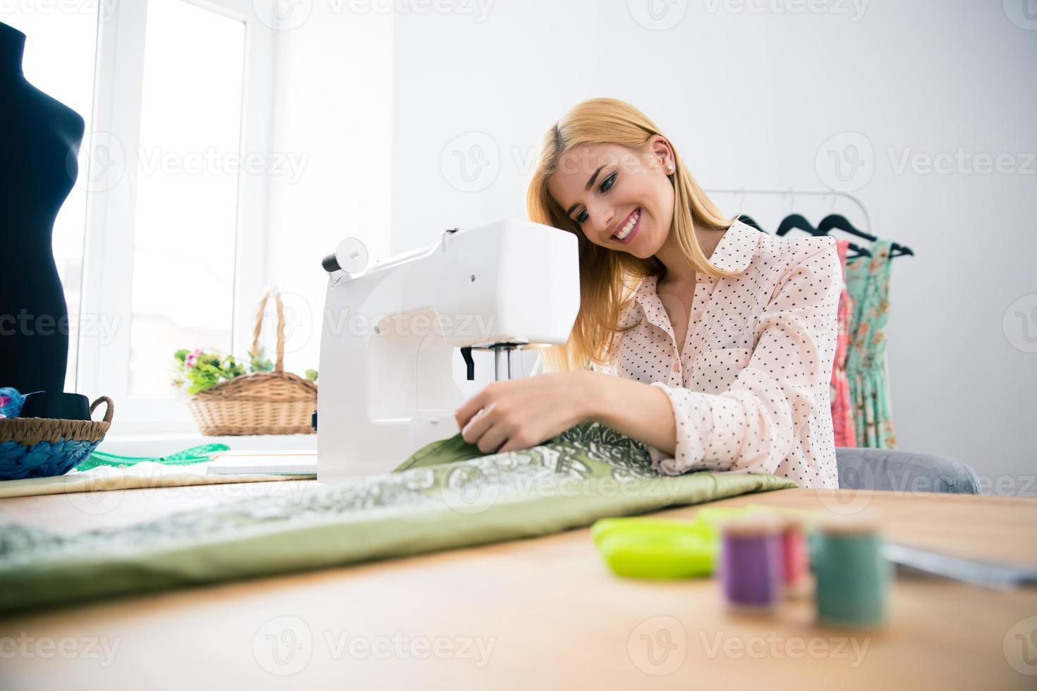 diseñador trabajando en maquina de coser foto