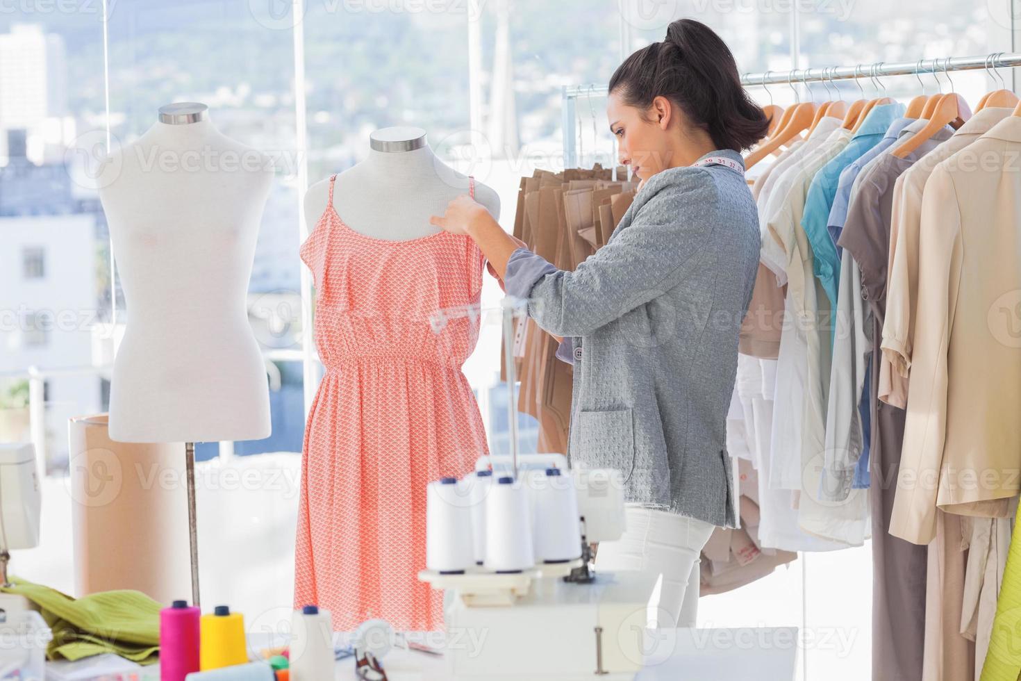 vestido de diseñador de fijación en un maniquí foto