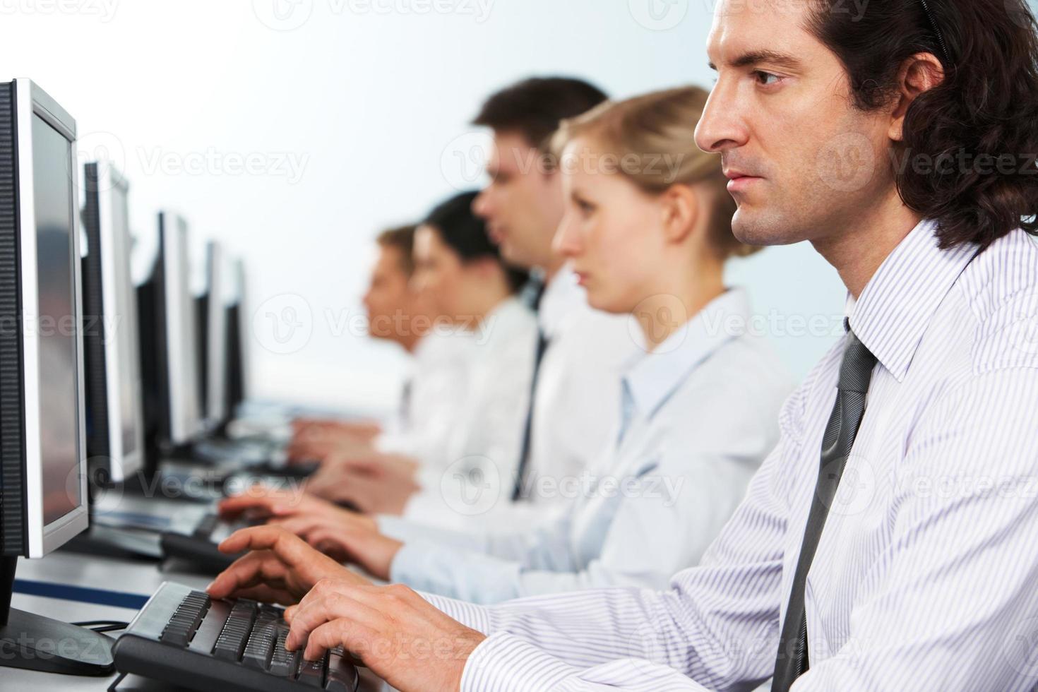trabajadores en linea foto