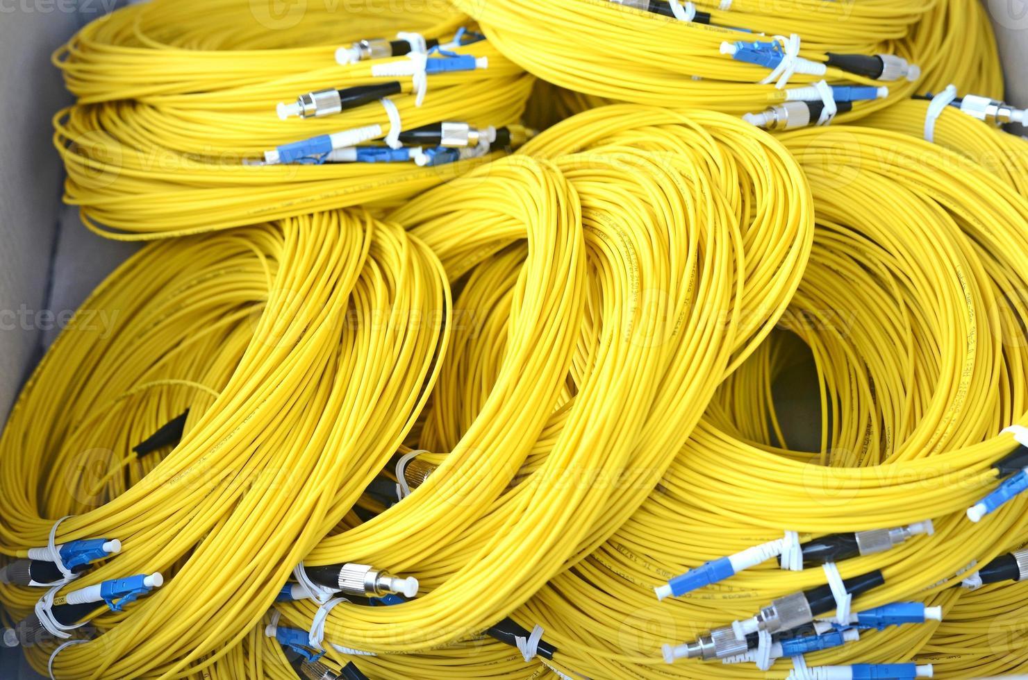cables amarillos de fibra obtical. foto